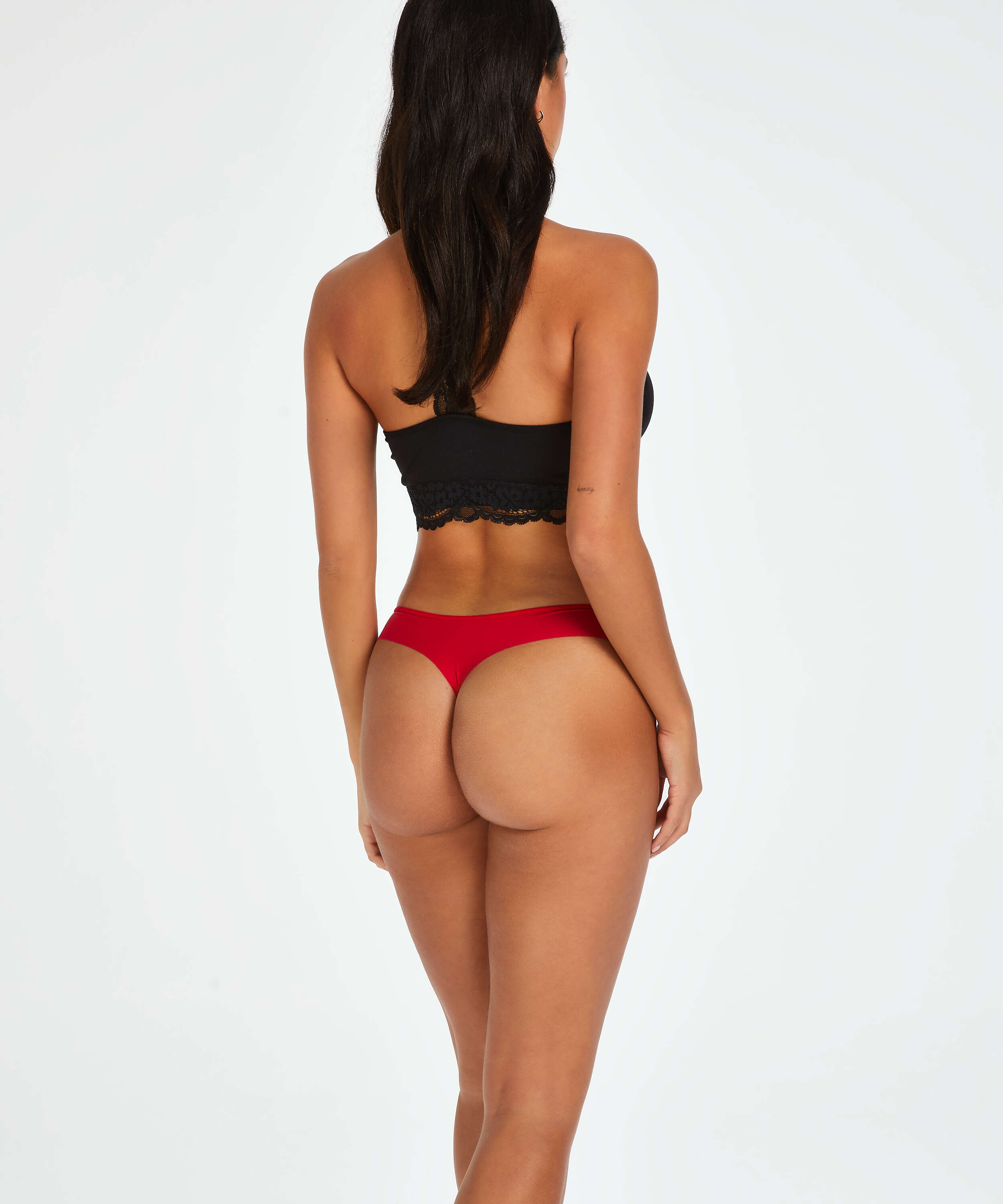 Invisible string basic, Rouge, main