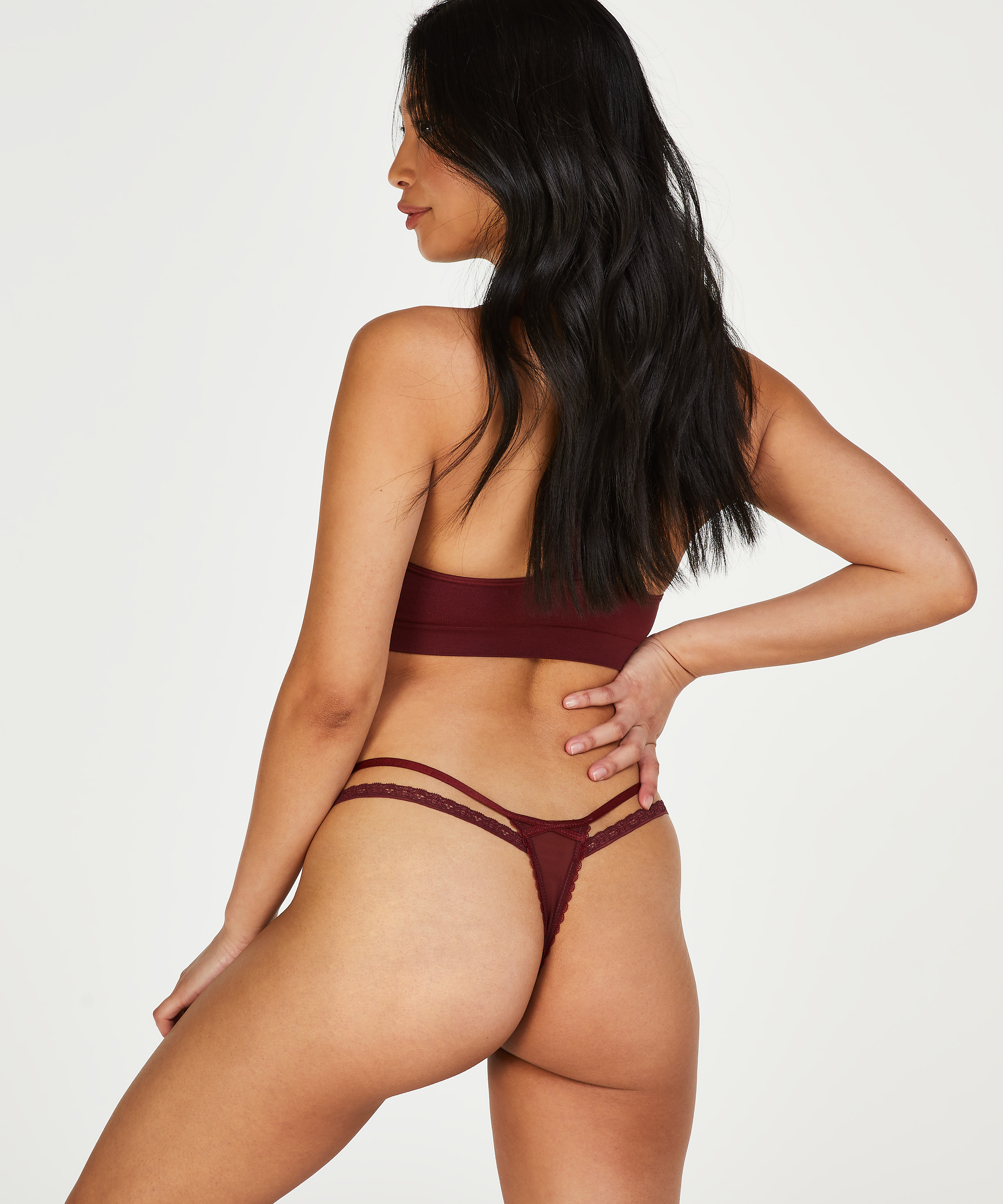 String Kendra, Rouge, main